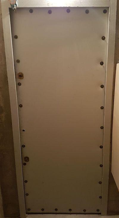 vue intérieure d'une porte de cave standard